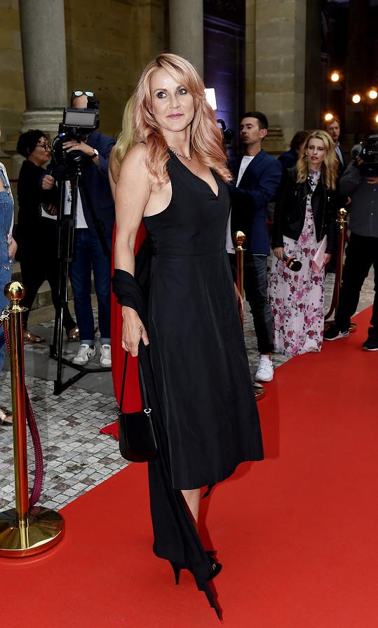 Vendula Pizingerová překvapila růžovými vlasy a šatičkami za 120 korun.