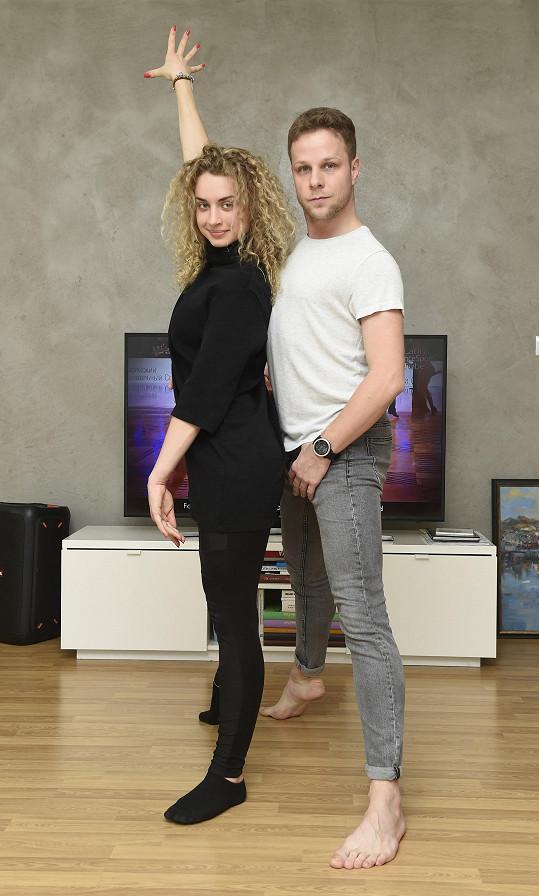 Taneční pár může v bytě i občas trénovat.