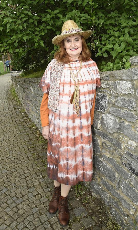 Eva Holubová se vrátila k podobnému kostýmu, v němž natáčela rodinný film Gump, pes, který naučil lidi žít.