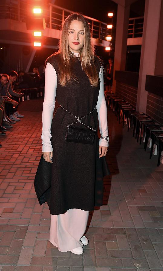 Hru na oversize rozehrála Katka Sokolová v kouscích značky COS. Kabelku Lusha si pak modelka originálně přepásala v pase, což celek protnulo místo pásku.