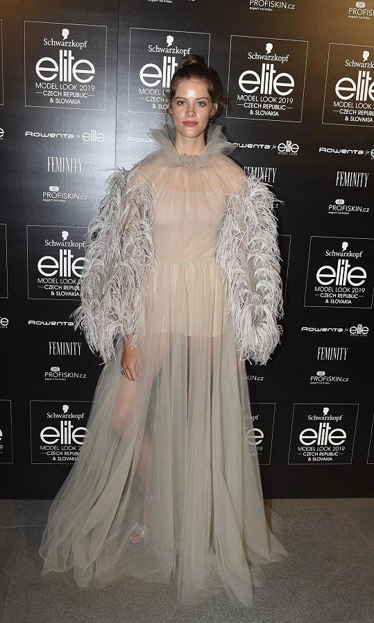 Staticky model Valentino nevynikl tolik, jako když se Barbora Podzimková dala do pohybu. To šifonový vršek zdobený peřím překrývající odvážně řešený základ, vypadal snově.