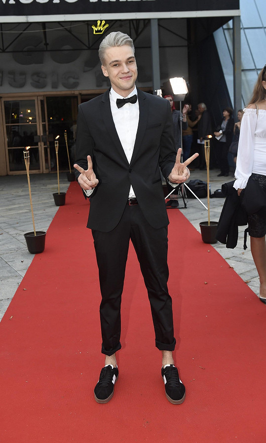 Modernější formu black tie zvolil Mikolas Josef.