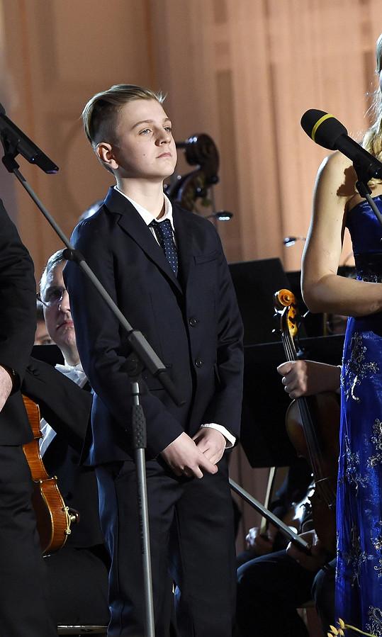 Třináctiletý syn slavných rodičů byl pochopitelně nervózní, ale svoji úlohu zvládl skvěle.