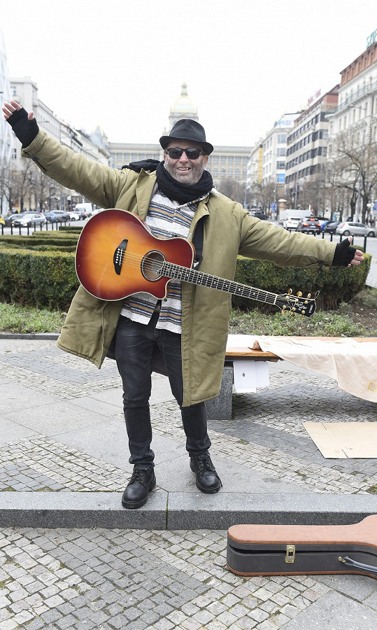 Petr si v novém klipu zahrál bezdomovce.