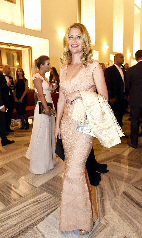 Moderátorka spoutala své ženské tvary do bandážovaných šatů Herve Leger v tělové barvě, které dokonale podtrhovaly její křivky. Róbu Jana ladila s luxusním hedvábným šátkem Louis Vuitton a sandály Dior.