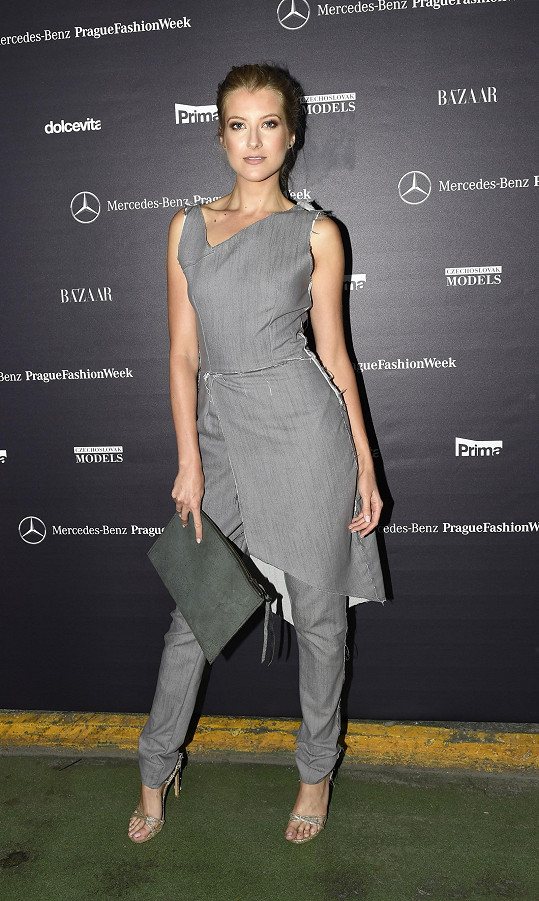 Jitka Nováčková vzdala hold svému oblíbenému návrháři Lukáši Macháčkovi. Jeho šaty, u kterých dominovaly neopracované konce látky, sladila s koženým psaníčkem rovněž od zmíněného návrháře a obutím Stuart Weitzman.