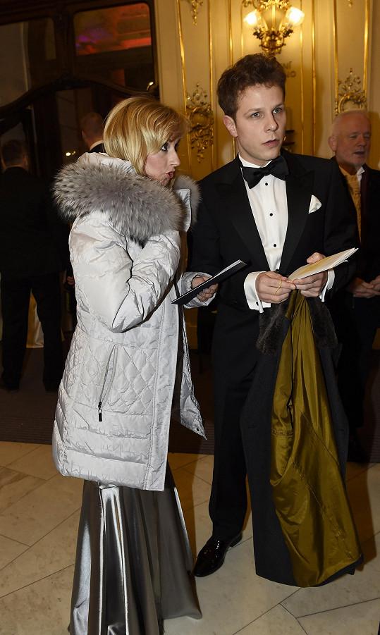 Jan Onder s partnerkou, která nevychytala, co si vzít přes šaty.