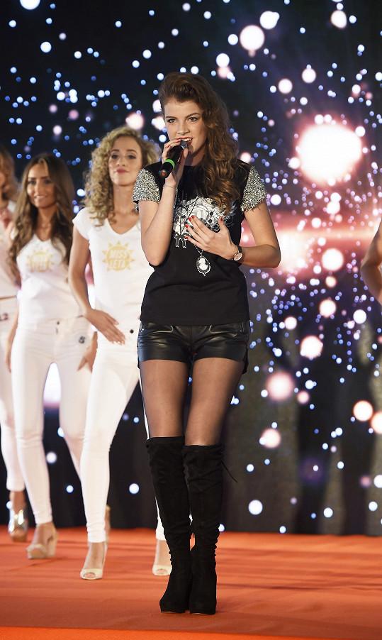 Na pódiu byla minimálně stejně půvabná jako soutěžící.