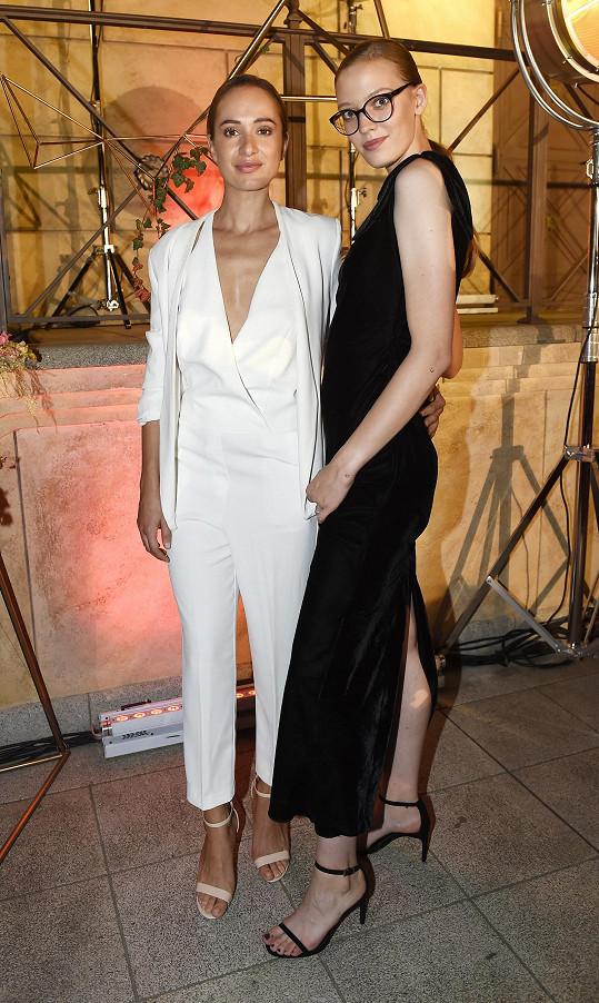 Karolína (vlevo) v roli modelky
