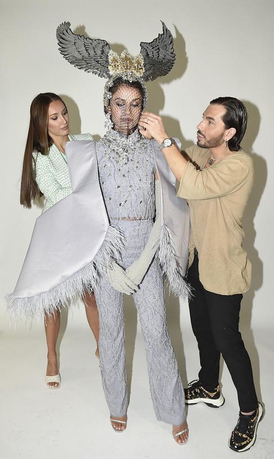 Oblékali ji do něj stylista Miss Czech Republic Sam Dolce a ředitelka soutěže Taťána Makarenko.