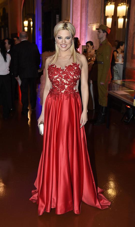 Eva oblékla provokativní rudý model.