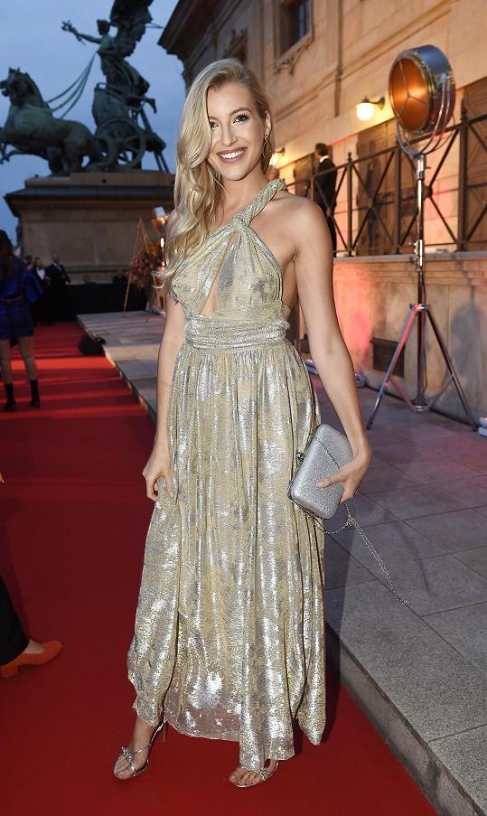 K takto výrazným šatům Pietro Filipi mohla Jitka Nováčková volit kabelku méně výraznou a bez řemínku.