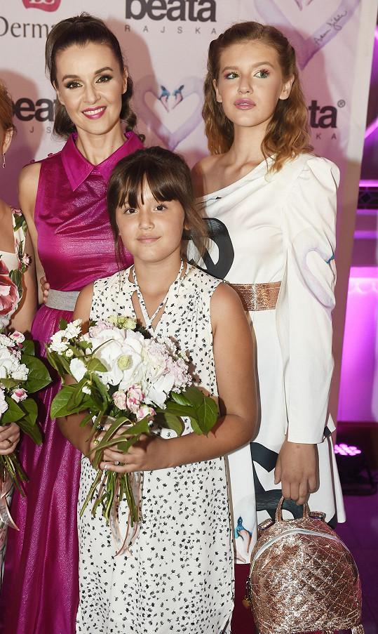 Natálie s maminkou a mladší sestrou.