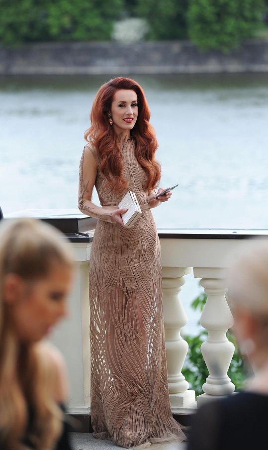 Jedny z nejpozoruhodnějších šatů večera měla na sobě Lenka Vacvalová, která si coby amatérská módní návrhářka vytvořila model sama. Barva transparentního modelu, tvořeného proužky látky položenými na průsvitném tylu, skvěle ladila s Lenčinou rudou hřívou.