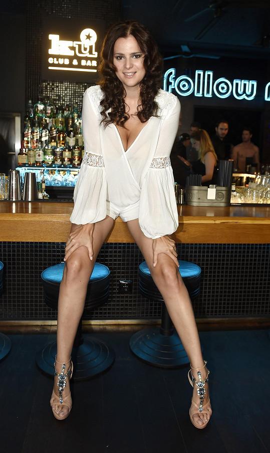 Ornella vystavila své dlouhé nohy.