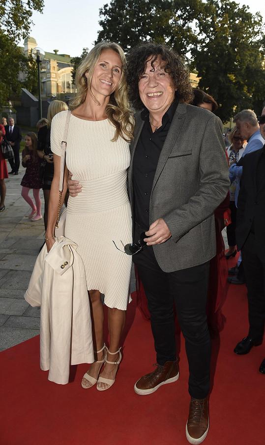 Richard Genzer s přítelkyní Pavlou vyrazili do divadla GoJa Music Hall.