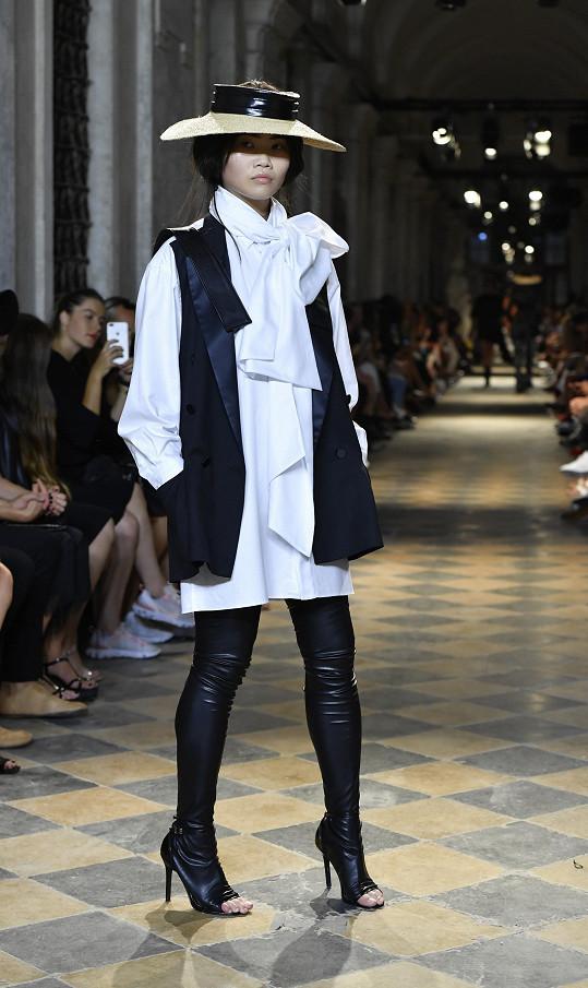 Eva Che v modelu z poslední kolekce Michaela Kováčika