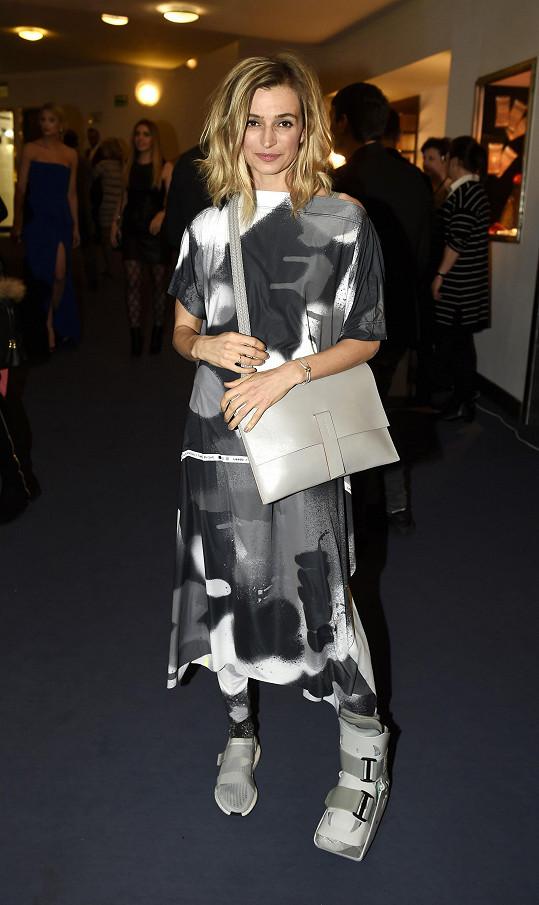 Extravagantní model oblékla Ivana Jirešová, která si premiéru nenechala ujít ani navzdory zranění.