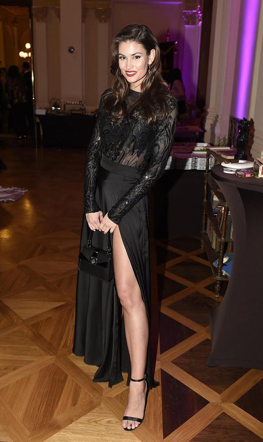 Lucie oblékla model Sienne od Lucie Uxové.
