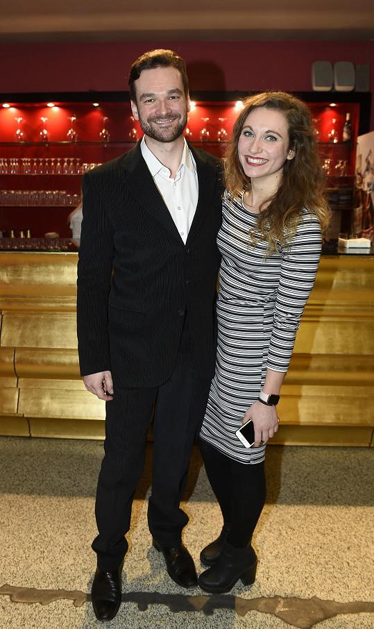 Tomáš Novotný, který se v roli Galilea alternuje s Jankem Ledeckým, zvolil černý oblek s bílou košilí. Jeho přítelkyně vsadila na stejnou barevnou kombinaci.