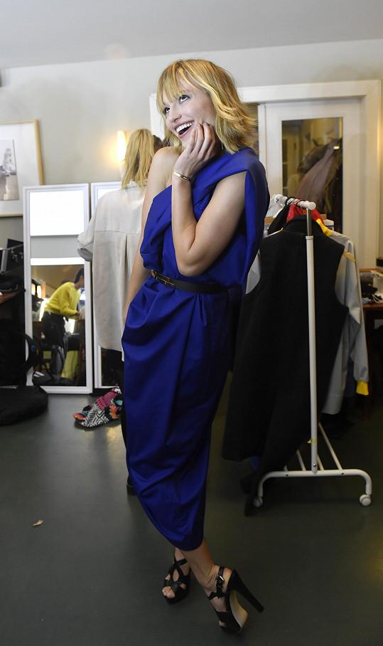 Během galavečera se jednou převlékla. Vždy do modelů od návrháře Mira Saba.