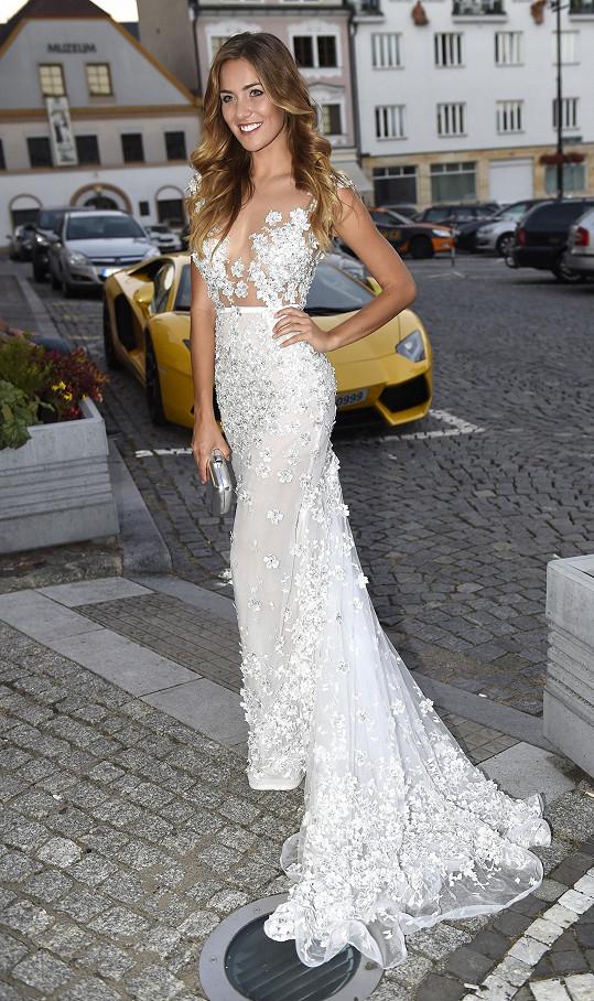 Andrea Bezděková oblékla téměř svatební šaty.