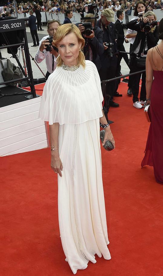 Jitka Schneiderová na červeném koberci při zahájení karlovarského filmového festivalu