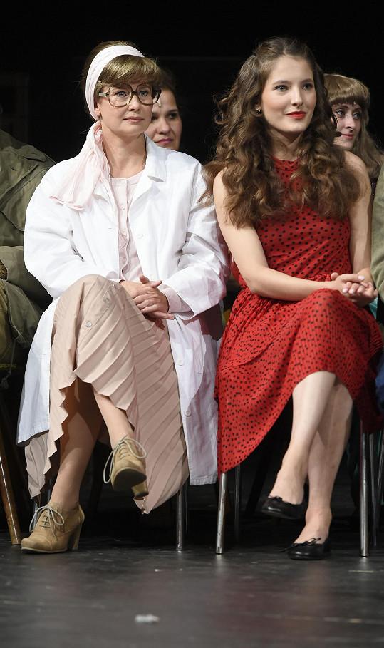 Jitka Schneiderová s Sarou Sandevou v kostýmech na představení Kouř. Béžová sukně je plisovaná...