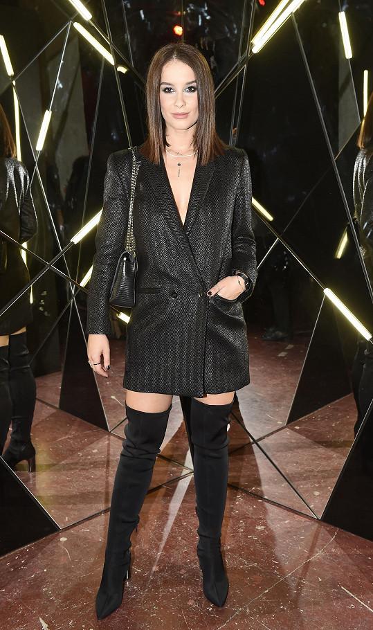 Nikol zvolila na večírek ve stylu 'rock & chic' sako Pietro Filipi, které si vybrala v over size verzi. Díky tomu mohla sako využít i jako šaty.