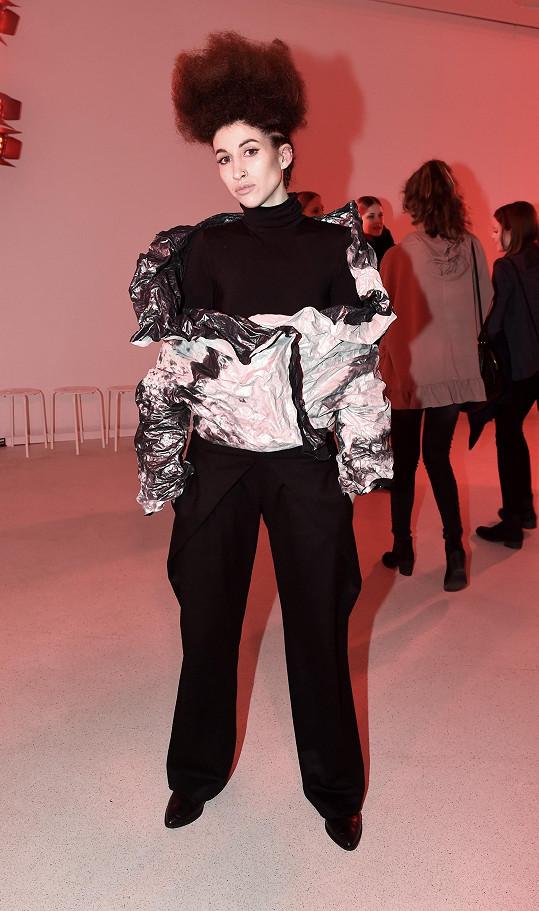 Blogerka Ina Tina se během fashion weeku nechala několikrát obléknout svou dvorní návrhářkou Liběnou Rochovou. V tomto případě se jedná o bundu s třívrstvého crash materiálu, pokrytou autorským tiskem z kolekce Stain.