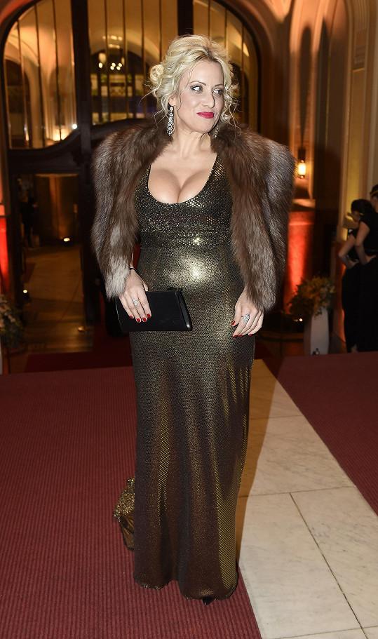 Nejkypřejší dekolt večera předvedla Tereza Mátlová v šatech od Marty Musilové, které sladila s kabelkou Louis Vuitton a střevíci Guess.