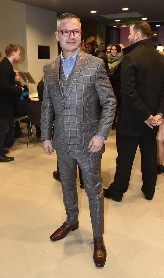 Janis Sidovský taktéž v obleku