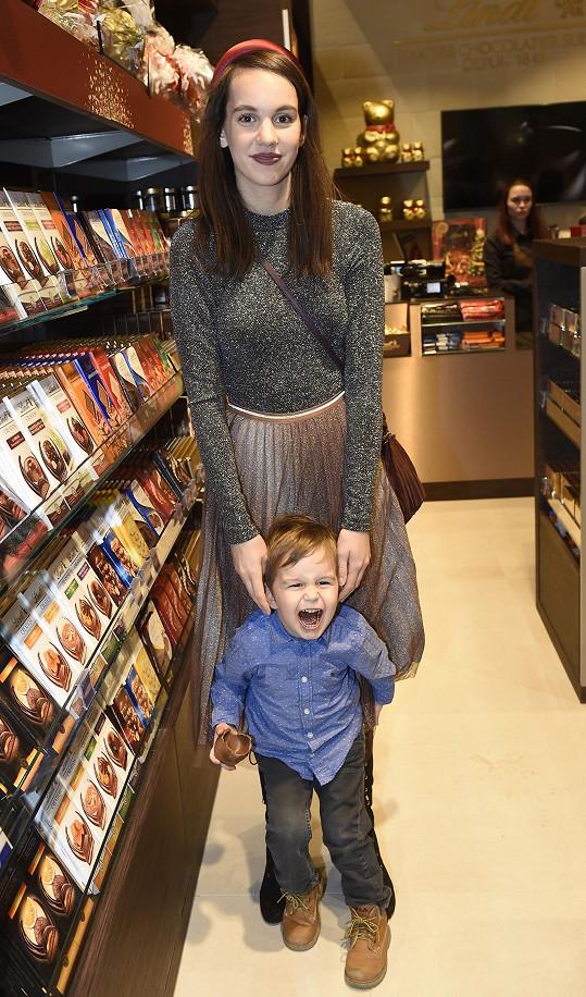 Míša vzala syna na otevření obchodu s čokoládou.