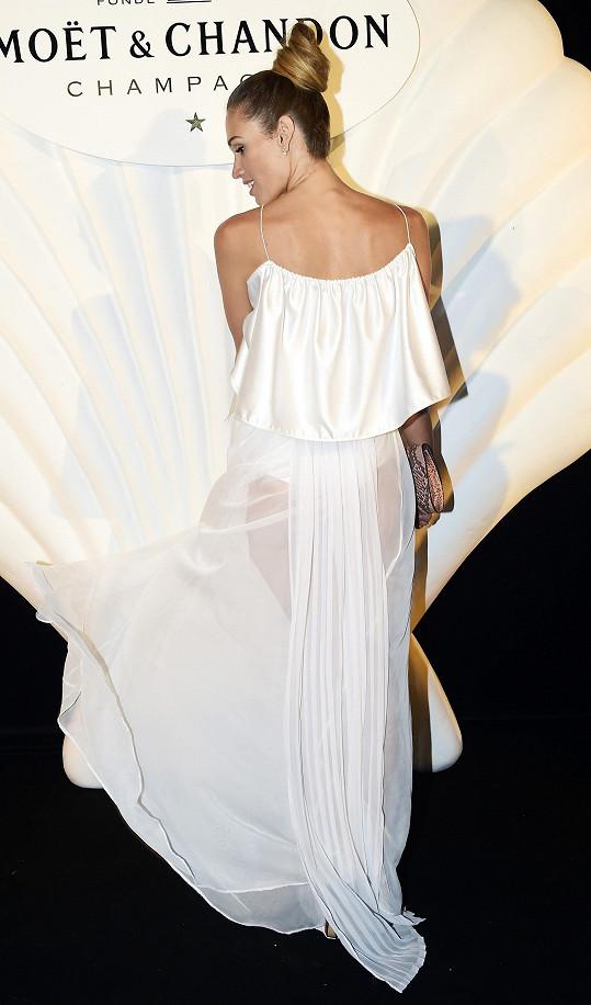 Takhle vypadal v průsvitné sukni.