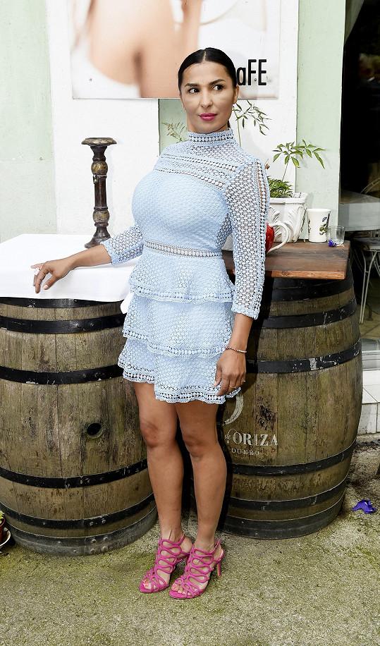 Anife si oblékla decentní model.