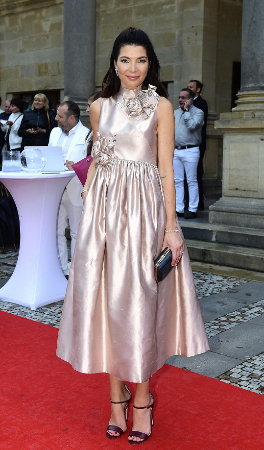 Tyto stříbrné šaty 2nd Skin neodpovídají vyloženě Moničinu vkusu, i tak tento model s nabíranou sukní a květinovými aplikacemi zvládla důstojně vynést.