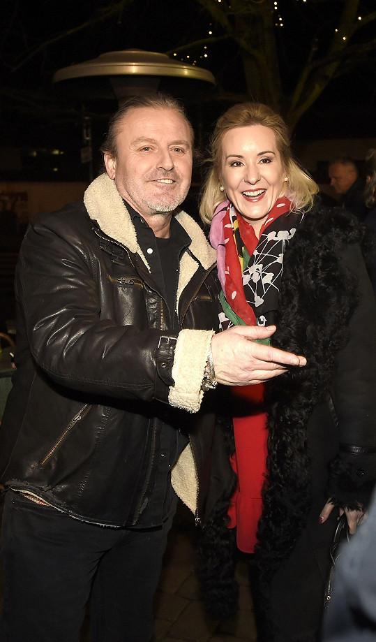 Pepa Vojtek s manželkou Jovankou na vánočním večírku divadla Broadway.