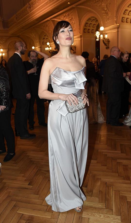 Tereza Kostková v modelu od Jiřiny Tauchmanové.