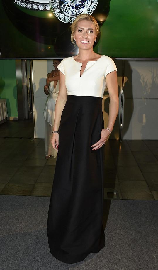 Olga Menzelová je krásná žena. V šatech od Halston Heritage by Soline jí to velmi slušelo.