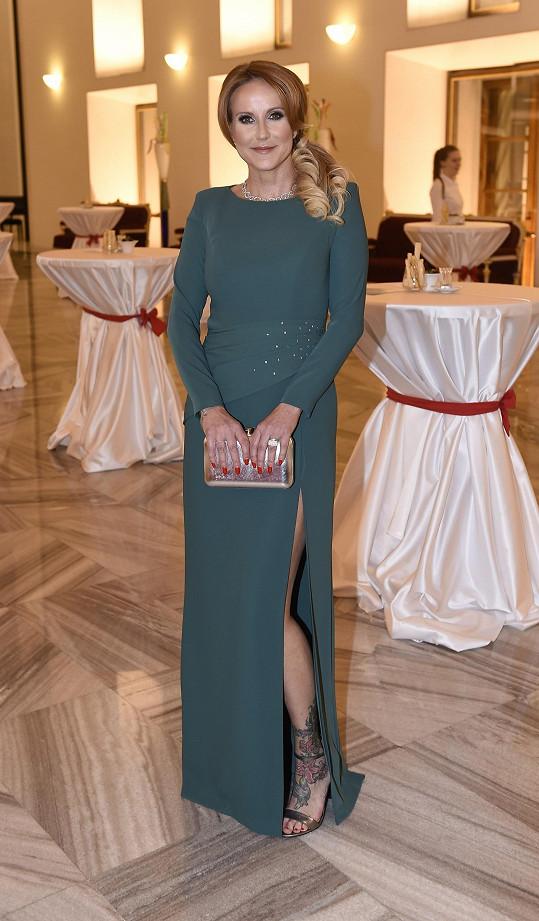 Vendula doplnila šaty od Táni Kovaříkové šperky Richard Collection, prsten byl za 75 000 a náhrdelník za 645 000 korun. Náušnice měla vlastní.