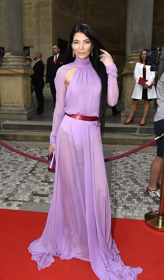 Monika v průsvitném fialkovém modelu. Dress code byl smart casual s červenými doplňky. To nedodržela.