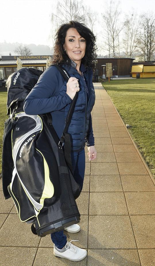 Jednou z jejích sportovních aktivit je golf.