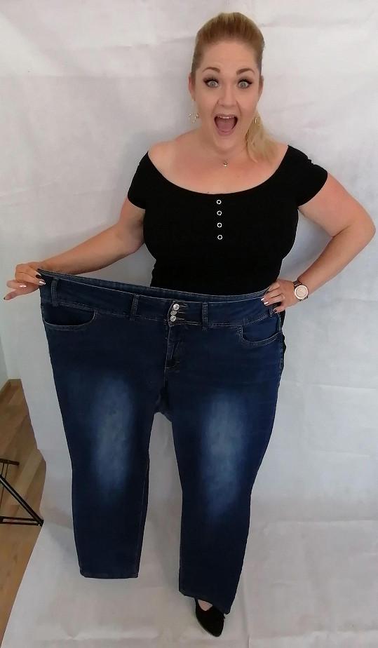 Pavlína předvedla své staré kalhoty.
