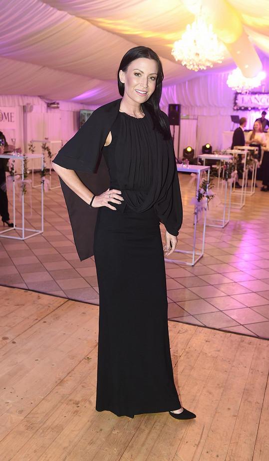 Moderátorka večera Gábina Partyšová v šatech od Kateřiny Geislerové.