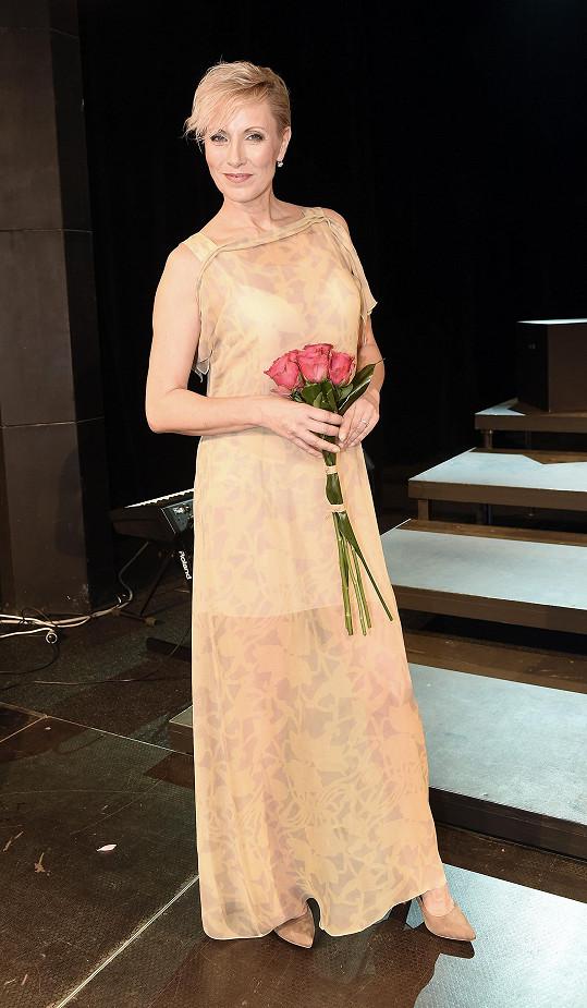 Na závěr večera oblékla šansoniérka umírněnější model.