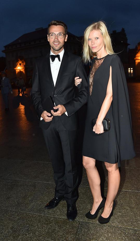 Černé šaty vhodně doplňovaly hercův smoking a byly poplatné dress codu Black Tie, který dámám přikazuje dlouhou večerní nebo koktejlky s délkou sukně minimálně po kolena.