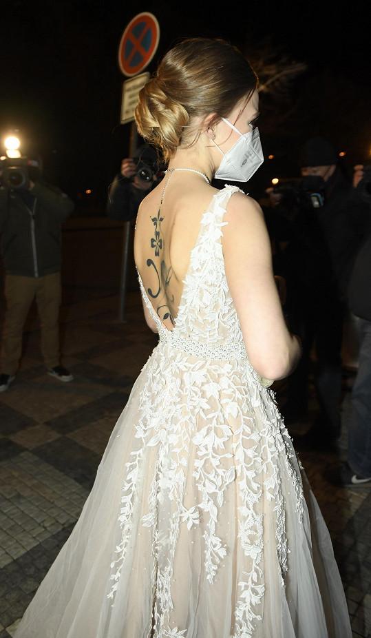 Ve velkém výstřihu bylo vidět tetování na jejích zádech.