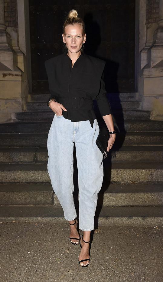 Hlavní roli v outfitu Zuzany Stráské hrály tyto extravagantní kalhoty Ganni. Tento výrazný kousek doplnila modelka pouze minimalistickým zbytkem, jako jsou páskové střevíce YSL, kabelka a jednoduché sako.