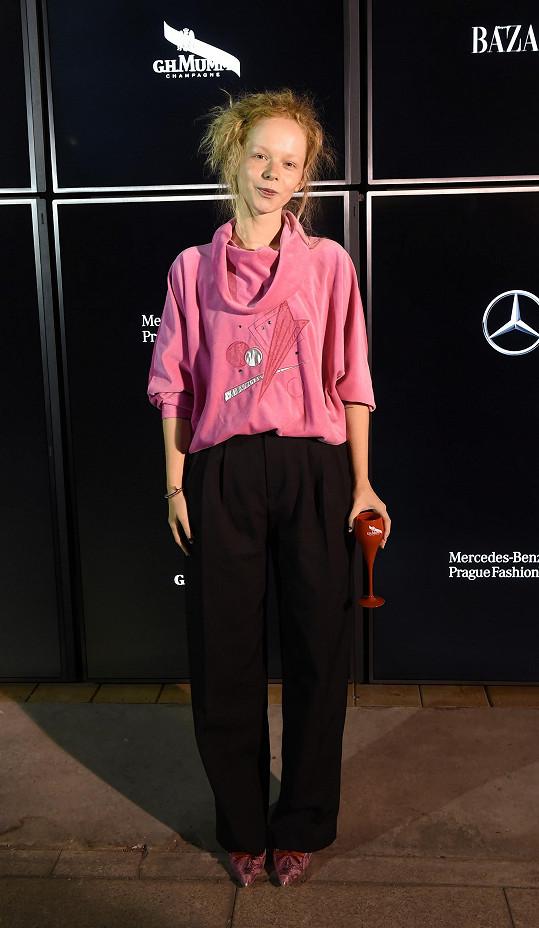 Při pohledu na barevný outfit Anny Kameníkové na vás dýchne retro osmedátých let. Mladá herečka k tomu absolutně vynechala líčení.