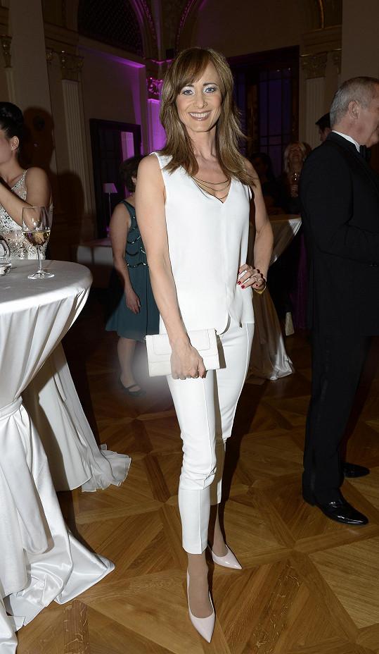 Daniela vypadala hodně hubeně i v bílém oblečení.
